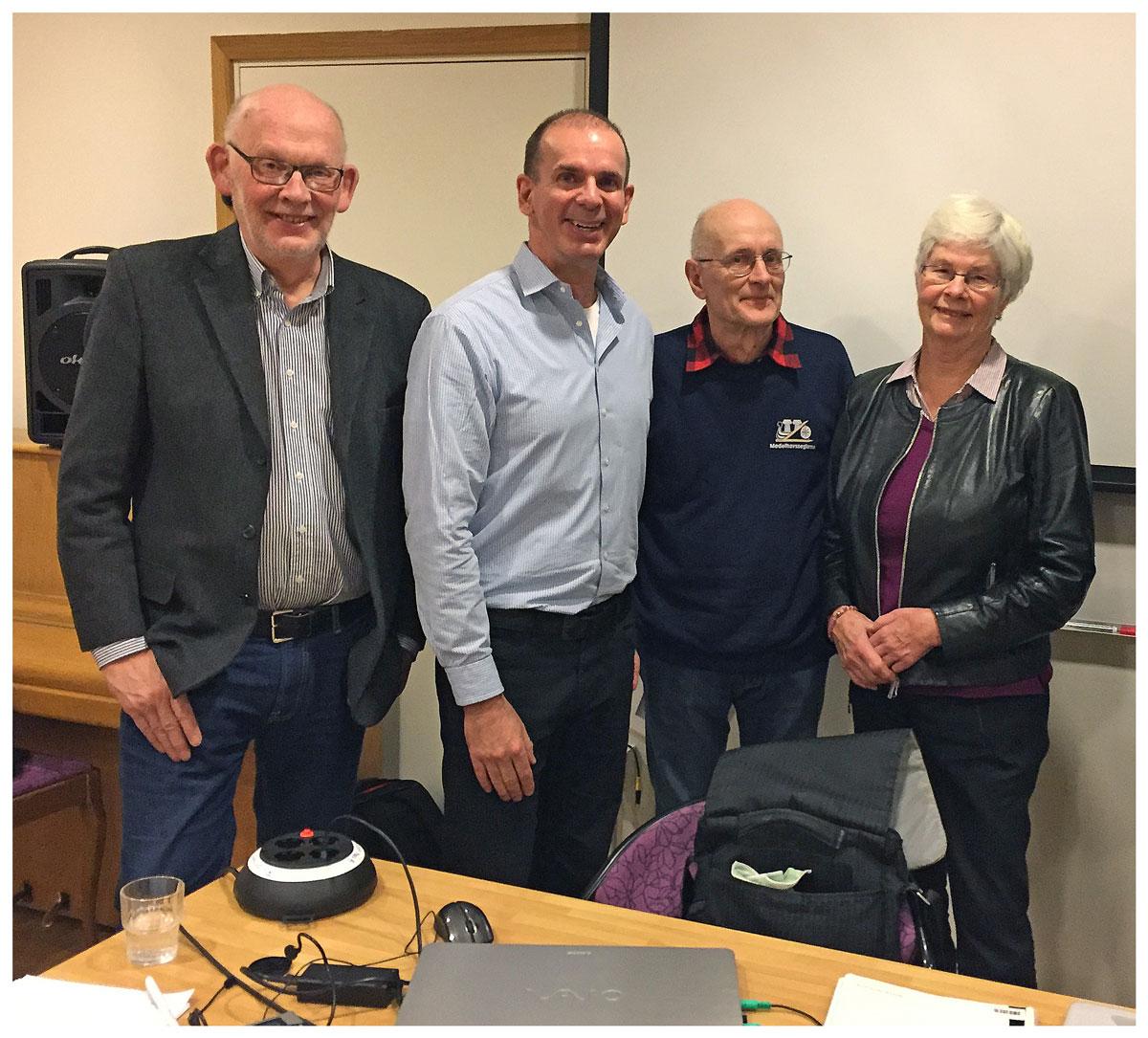 SeniorNet Swedens ordförande Anders Lundkvist omgiven av några personer ur Tyresöklubbens styrelse.