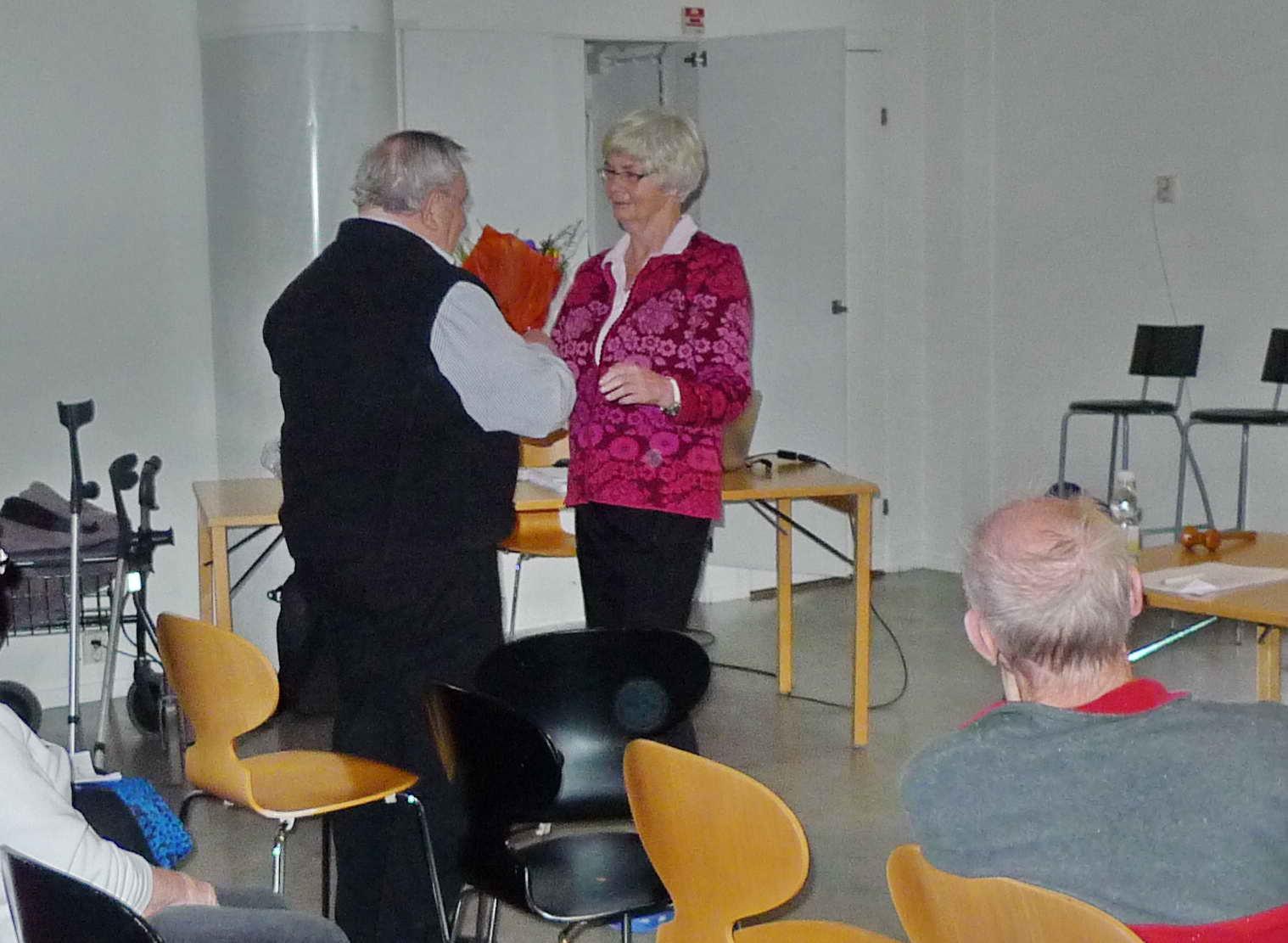 Alf Glesing var årsmötets ordförande. Här avtackas han av Gunnel.