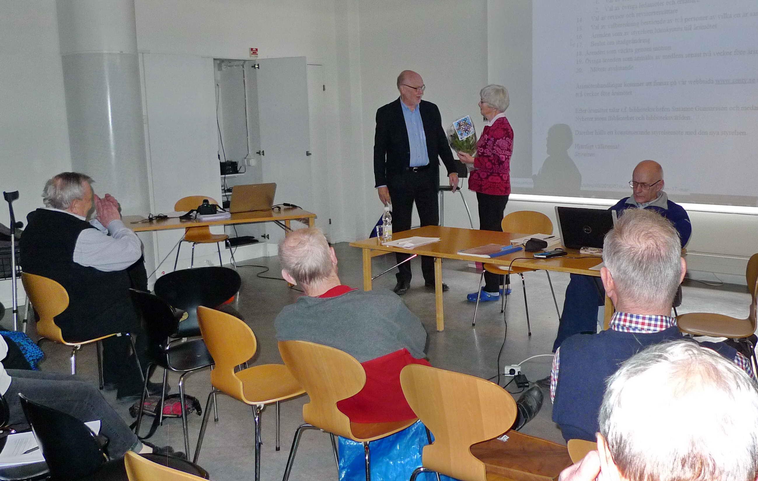 Gunnel avtackas för sina åtta år som styrelsens ordförande av den nye ordföranden, Carl-Olof Strand. Men Gunnel stannar kvar som vice ordförande under 2016.