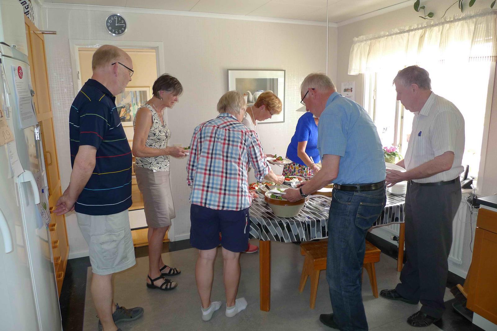 Gästerna tar för sig av maten